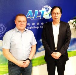 LEDORA-Geschäftsführer Thomas Fuchs, hier mit ALT-CEO James Liang, will gemeinsam mit asiatischen Partnern den europäischen Markt erschließen. Foto: LEDORA