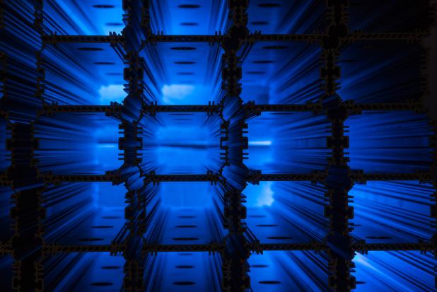 Gestapelte Deckenstrahlergehäuse im Produktionslager der Deutschen Lichtmiete Unternehmensgruppe in Oldenburg - Quelle: Deutsche Lichtmiete Unternehmensgruppe