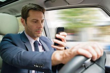Bild von Ablenkungen am Steuer können zu schweren Unfällen führen