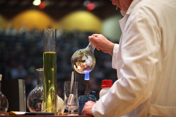 Foto (Universität Paderborn, Adelheid Rutenburges): Auch naturwissenschaftliche Experimente werden beim Tag der offenen Tür gezeigt.
