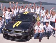 Auszubildende von Volkswagen präsentieren am Wörthersee ihren Golf GTI Dark Shine