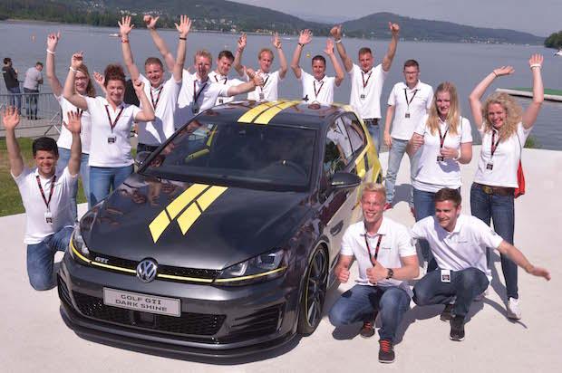Bild von Auszubildende von Volkswagen präsentieren am Wörthersee ihren Golf GTI Dark Shine