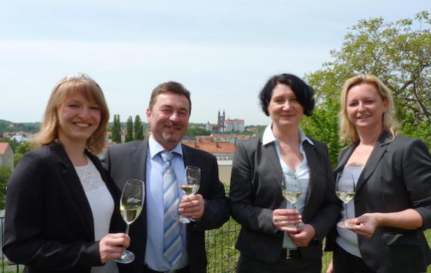 V.l.: Weinprinzessin Jana Jordan, Geschäftsführer Lutz Krüger, Kellermeisterin Nathalie Weich und Marketingleiterin Manja Licht. Bildquelle: MEDIENKONTOR / Franziska Märtig.