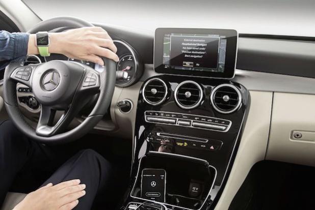 """MB Companion AppZielsicher von Tür-zu-Tür mit der MB Companion App: Die MB Companion App ermöglicht es Mercedes-Benz Kunden; nach Zielen auf der Apple Watch oder dem iPhone zu suchen und diese dann als komplette """"Tür-zu-Tür-Navigation"""" mit ihrem Fahrzeug zu verknüpfen. Quelle: Daimler AG"""