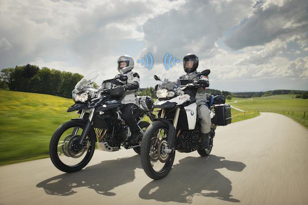Bild von Kommunikation unterm Motorradhelm