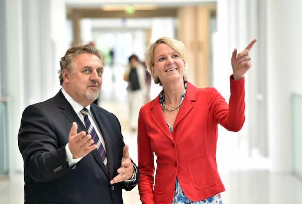 (v.r.n.l.) Dr. Susan Hennersdorf, Generalbevollmächtigte Vertrieb, Marketing und Operations der EnBW und Jozua Knol, Geschäftsführer von Total Energie Gas erörtern Details der Zusammenarbeit. Quelle: EnBW Energie Baden-Württemberg AG