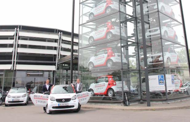 Oliver Aido, smart Centerleiter Berlin (links), und Andreas Freikowski, Geschäftsführer MEDIAVITA Häuslicher Pflegedienst GmbH (rechts), bei der offiziellen Übergabe der neuen smart fortwo Flotte in Berlin. - Quelle: Daimler AG