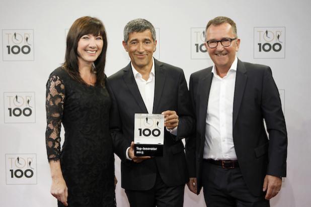 """teampenta-Geschäftsführer Lothar Hötger und Liane Hötger nehmen den """"Top 100""""-Preis von Ranga Yogeshwar (Mitte) entgegen. - © KD Busch/compamedia GmbH"""