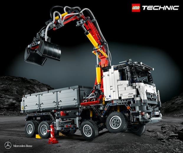 Anspruchsvoll und detailgetreu: der Mercedes-Benz Arocs 3245 Kipper als LEGO Technic Modell Quelle: ots