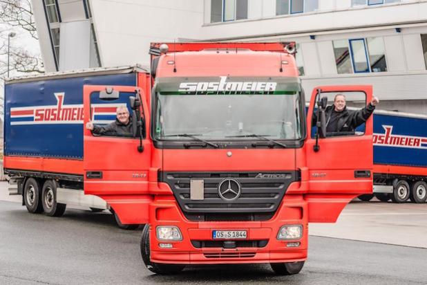 Die Kilometer-Millionäre Udo Kefrig und Ralf Anacker mit ihrem Rekord-Actros - Quelle: Daimler AG