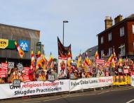 Hunderte Buddhisten protestieren gegen den Besuch des Dalai Lama