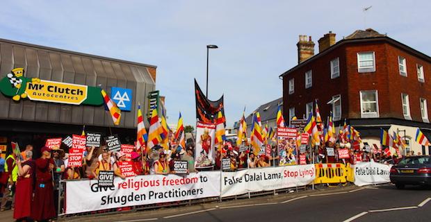Photo of Hunderte Buddhisten protestieren gegen den Besuch des Dalai Lama