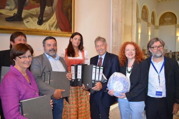 Nicole Stocker (Mitte) übergibt die knapp 70.000 Unterschriften an Dr. Christian Magerl (3.v.l.) Quelle: Hofpfisterei GmbH