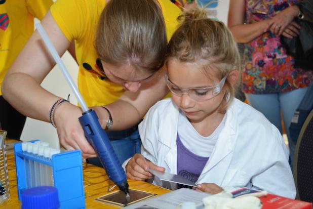 Einfache Experimente zogen beim Kinder-Campus die Forscherinnen und Forscher von morgen in ihren Bann. Foto: Kai Uwe Bohn/Uni Bremen