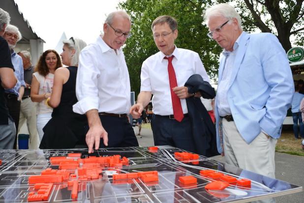 Das ist die Universität Bremen: Uni-Rektor Professor Bernd Scholz-Reiter (3. von rechts) zeigt dem designierten Bremer Bürgermeister Carsten Sieling (2. von rechts) – der selbst einst an der Uni Bremen studiert hat – das Modell des Uni-Campus. - Foto: Kai Uwe Bohn/Uni Bremen