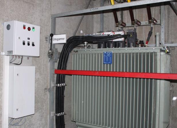 """Auch an den neuartigen, sich selbst regelnden Trafos will die Netze BW Bioöl als Isoliermittel testen (Das Exemplar auf dem Bild  steht im """"Netzlabor"""" Sonderbuch einem Ortsteil der Gemeinde Zwiefalten) - Quelle: Netze BW GmbH"""