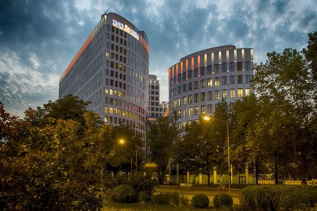 Bild von Hauptsitz von Deutschlands drittgrößter Privatkundenbank mit neuer Dachillumination
