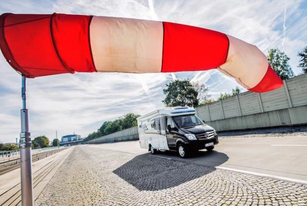 Der Hymer ML-T auf Sprinter Basis mit Seitenwind-Assistent  – Hymer ML-T, Exterieur - Der neue Marco Polo – 250 BlueTEC, Exterieur, Aufstelldach, dolomitbraun metallic - Quelle: Daimler AG