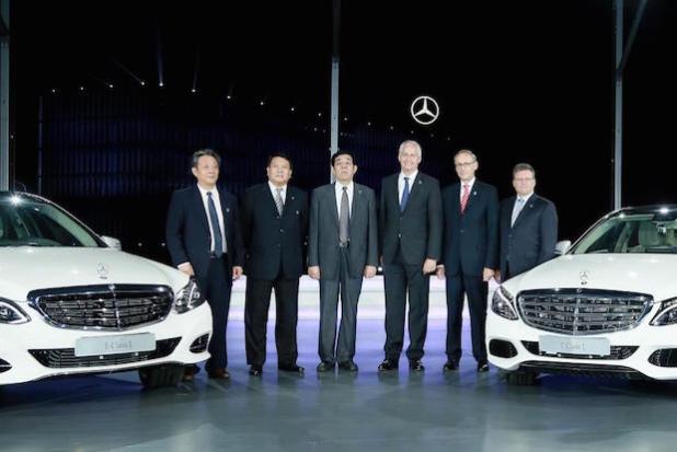 Hubertus Troska (3.v.r.), Vorstandsmitglied der Daimler AG verantwortlich für Greater China, Xu Heyi (2.v.l.), Chairman der BAIC Group und deren Tochter BAIC Motor, Peter Schabert (2.v.r.), President und CEO von BBAC, Frank Deiss (1.v.r.), Leiter Produktion Powertrain MBC und Standortverantwortlicher Mercedes-Benz Werk Untertürkheim. - Quelle: Daimler AG