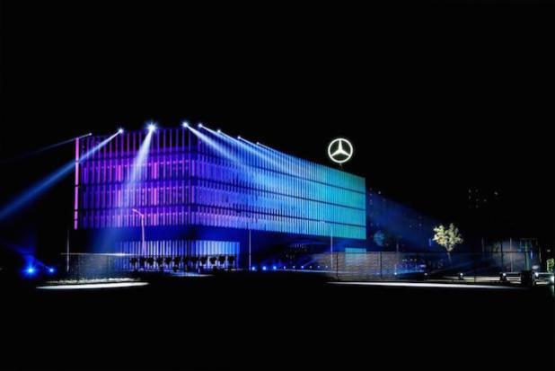 Illuminierung des 6 Meter großen Mercedes-Stern auf dem Werksdach von BBAC. - Quelle: Daimler AG