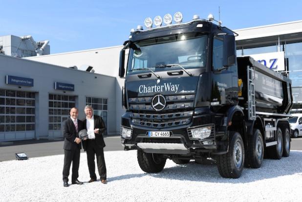 V.l.n.r.: André Girnus, Geschäftsführer der CharterWay GmbH, und Daniel Eger, Verkaufsleitung Carnehl Deutschland, bei der Übergabe des 150. Carnehl-Aufbaus in die CharterWay Mietflotte. - Quelle: Daimler AG