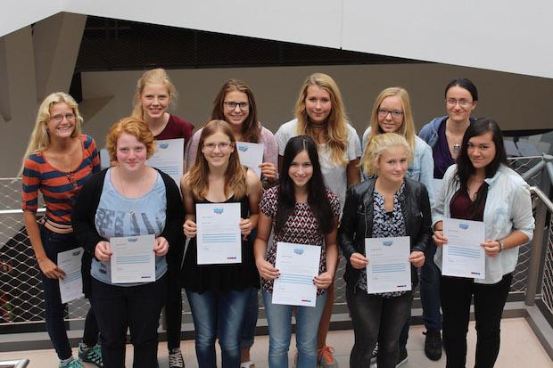 """Bild von Schülerinnen testen MINT-Praxis rund um das Thema """"Mobilität"""""""