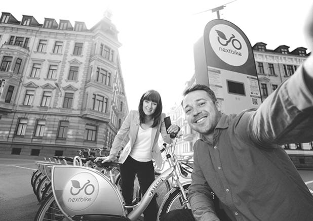 Nextbike ist bereit für neue Mobilitätskonzepte. Ralf Kalupner, Geschäftsführer und Gründer von nextbike (rechts), und Claudia Fimmel, Account Managerin M2M von Vodafone (links). Quelle: Vodafone GmbH