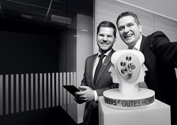 Alle Kommunikationskanäle über eine Plattform zentral managen. Martijn Storm, Finanzvorstand bei GEERS (rechts), und sein Partner Jan-Ole Kiwitt, Account Manager bei Vodafone (links). Quelle: Vodafone GmbH