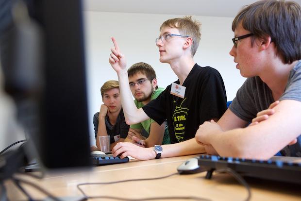 Photo of Statt Ferien: Schüler hauchen selbstgebauten Robotern Leben ein