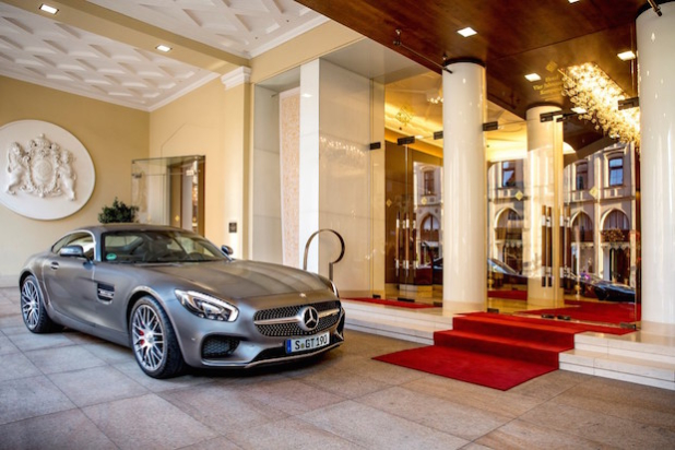 Mercedes-AMG GT S vor Hotel Vier Jahreszeiten Kempinski München - Quelle: Daimler AG