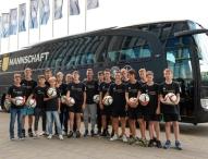 Kinder treffen die deutsche Fußball-Nationalmannschaft