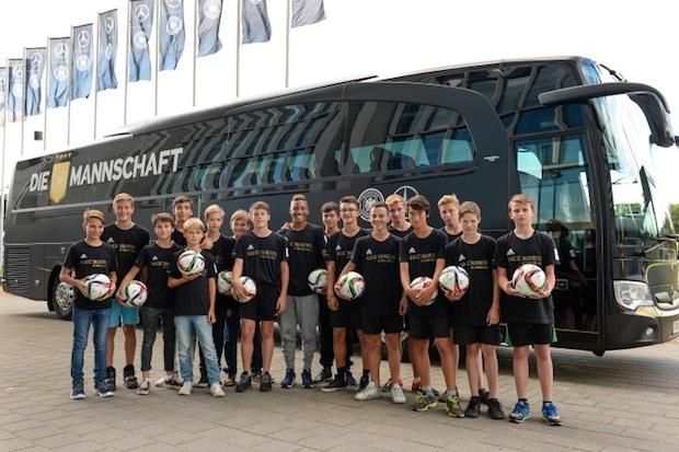 Photo of Kinder treffen die deutsche Fußball-Nationalmannschaft