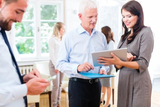 Frauen sind heute so gut ausgebildet, wie nie zuvor. Wenn sie ihre Kompetenzen selbstbewusst in das Berufsleben einbringen und kommunizieren, können sie mehr Wertschätzung und Anerkennung gegenüber ihren männlichen Kollegen erreichen. - Quelle: TextNetz [:]
