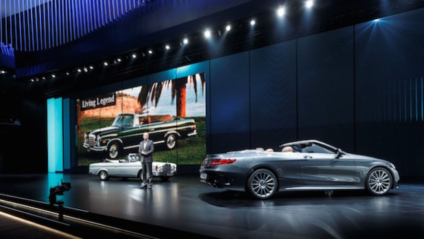 Dr. Dieter Zetsche, Vorstandsvorsitzender der Daimler AG und Leiter Mercedes-Benz Cars mit dem neuen  S-Klasse Cabrio und dem Vorgängermodell das bis 1971 gebaut wurde. - Quelle: Daimler AG