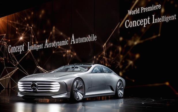 Das Mercedes-Benz Concept IAA (Intelligent Aerodynamic Automobile) ist zwei Autos in einem: Aerodynamik-Weltrekordler mit einem cw-Wert von 0,19 und viertüriges Coupé mit faszinierendem Design. Die Studie, die auf der IAA in Frankfurt ihre Weltpremiere erlebt, schaltet ab einer Geschwindigkeit von 80 km/h automatisch vom Design-Modus in den Aerodynamik-Modus und verändert durch zahlreiche aktive Aerodynamik-Maßnahmen ihre Gestalt. - Quelle: Daimler AG
