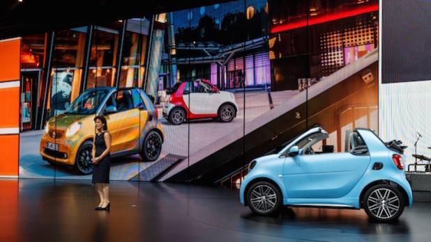 Dr. Annette Winkler, Leiterin smart präsentiert das neue smart cabriolet - Quelle: Daimler AG