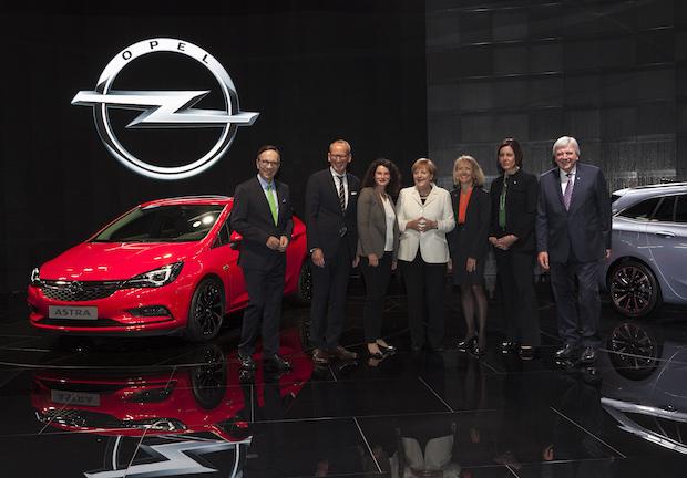 Photo of Ein Opel Astra-Modell für Bundeskanzlerin Angela Merkel