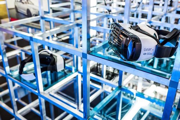 Bild von Fahrzeugwahl wird mit Smartphone und VR-Brille zum virtuellen Erlebnis