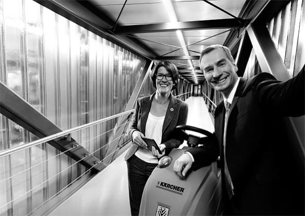 Kärcher ist bereit für innovative Reinigungsmaschinen. Prof. Dr. Matthias Mertens, Vice President IT bei Kärcher (rechts) und Brigitte Maar, International Account Manager bei Vodafone (links). Quelle: Vodafone GmbH