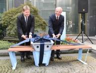 Deutschlands erste Soofa steht bei RWE – Mitarbeiter und Besucher laden ihre Mobiltelefone mit Solarenergie