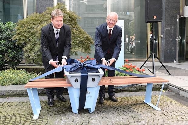 Bild von Deutschlands erste Soofa steht bei RWE – Mitarbeiter und Besucher laden ihre Mobiltelefone mit Solarenergie
