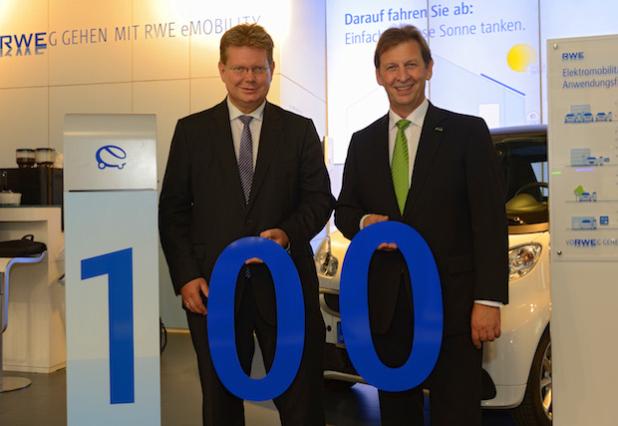 """v.l.: Dr. Arndt Neuhaus, Vorstandsvorsitzender der RWE Deutschland AG, begrüßt auf der IAA Günter Reichart, Vorstandsmitglied der EWR AG, als 100. Roaming-Partner in Deutschlands größtem Ladestationsnetzwerk. - Quellenangabe: """"obs/RWE Effizienz GmbH"""""""