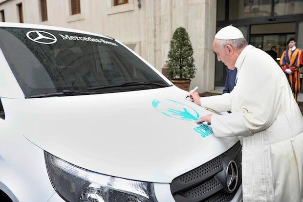 Bild von Erster Mercedes-Benz Vito aus Argentinien erhält päpstlichen Segen und wird Hilfsorganisation gespendet