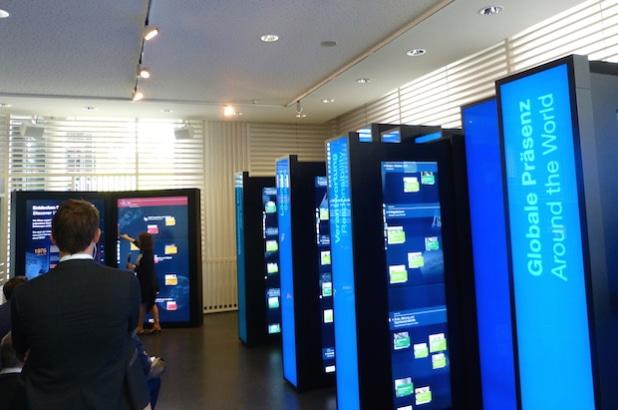 In überdimensionalen Büchern können Besucher die Geschichte der BASF digital erleben. - Quelle: bvik