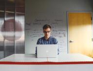 Angestelltenverhältnis vs. Selbstständigkeit – Ein Vergleich