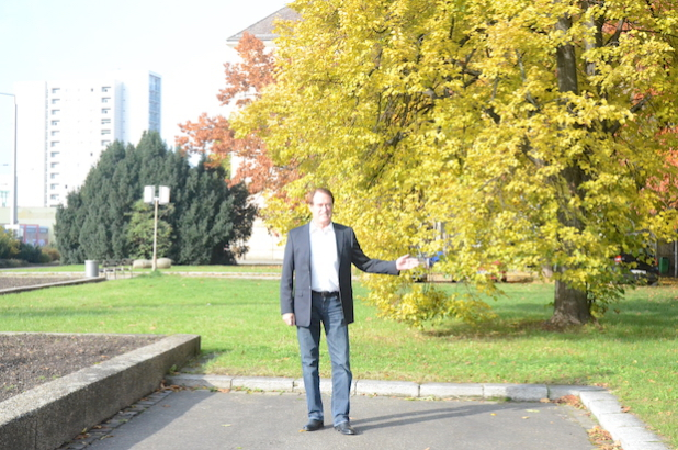 Günter Kahle, Geschäftsführer der AWV-Gruppe auf dem Baugelände des künftigen Bildungscampus am Straßburger Platz. Im Hintergrund ist die Eibengruppe zu sehen, die kostspielige Umplanungen erforderlich machte. Foto: Medienkontor Dresden