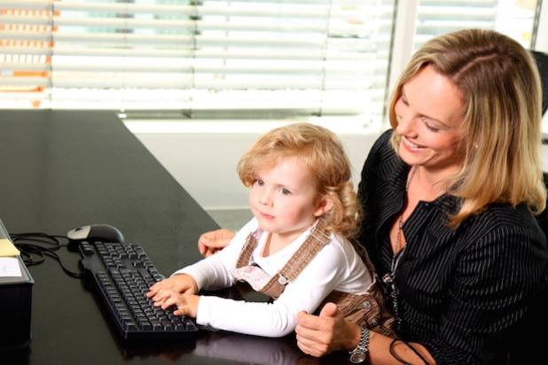 Auch wenn es schwierig ist, nach der Babypause eine geeignete Betreuung für das Kind zu finden, ist es empfehlenswert, den Wiedereinstieg in den Beruf zu wagen. Personaldienstleister sind dabei eine gute Anlaufstelle. - Quelle: TextNetz [:]