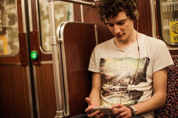 Photo of Videokonsum ist die beliebteste Beschäftigung in öffentlichen Verkehrsmitteln