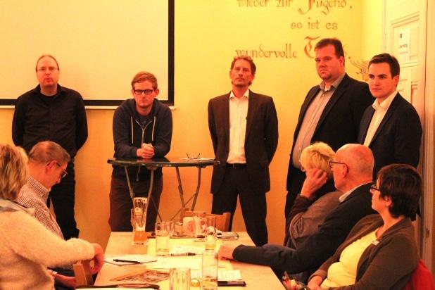 Vlnr: Ulf Kratzberg (Freifunk), Mirco Drehsen (Freifunk), Thorsten Willkes (AT Aggertechnik GmbH), Kai Spiekermann (AT Aggertechnik GmbH) und Johannes Diehl (FDP Stadtratsmitglied und Moderator des Abends). Foto: Sven Oliver Rüsche (sor)