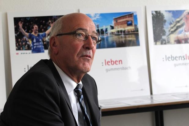 Günter Cremer (Filialgeschäftsführer Karstadt Gummersbach) im Gespräch u.a. mit den Mittelstand Nachrichten. Foto: Sven Oliver Rüsche
